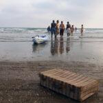 Dia-convivencia-Cartaya-haima-Desarrollo-Sostenible-Cepaim-Huelva--perfomarnce-maleta-playa